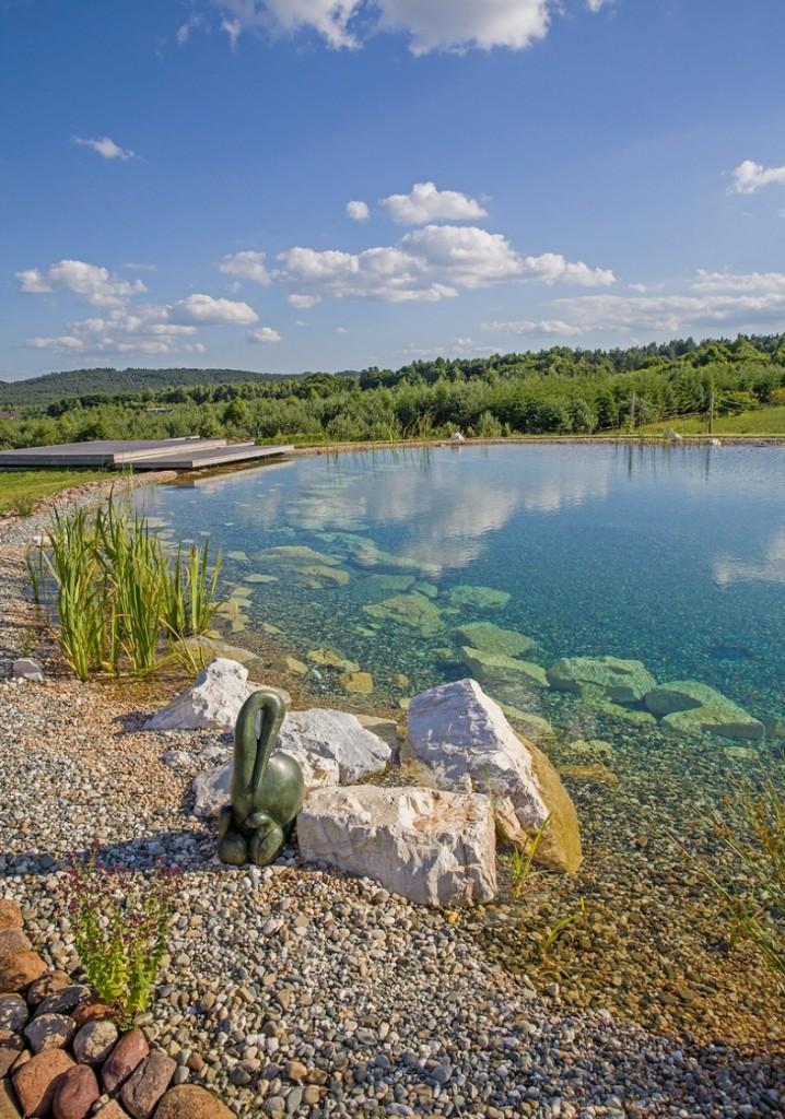 Ökologisches Schwimmbad mit kristallklarem Wasser ohne Algen, das dank der BioKalonit-Filterbetten erreicht wird